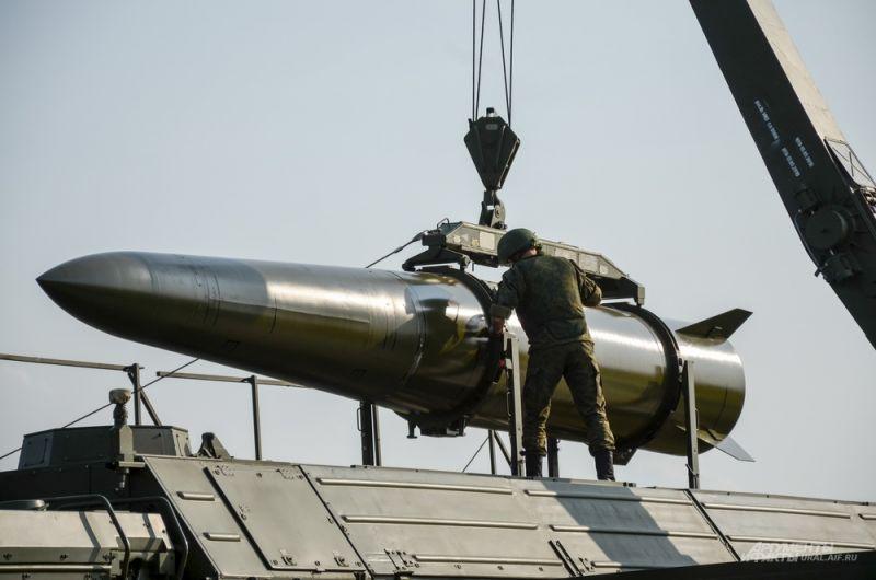 Погрузка баллистической ракеты в «Искандер-М».