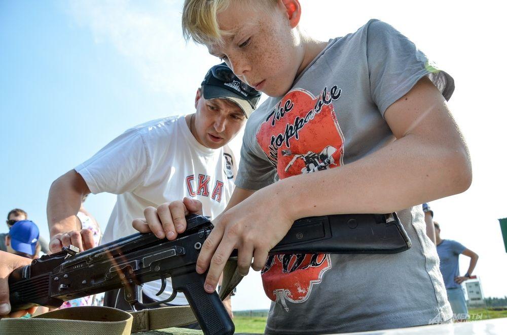 На выставке можно не только подержать оружие, но собрать и разобрать его.