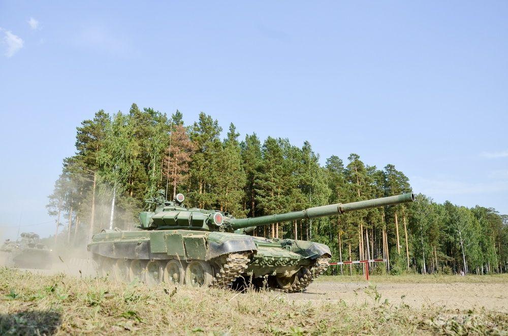 Показательные выступления танковой бригады.