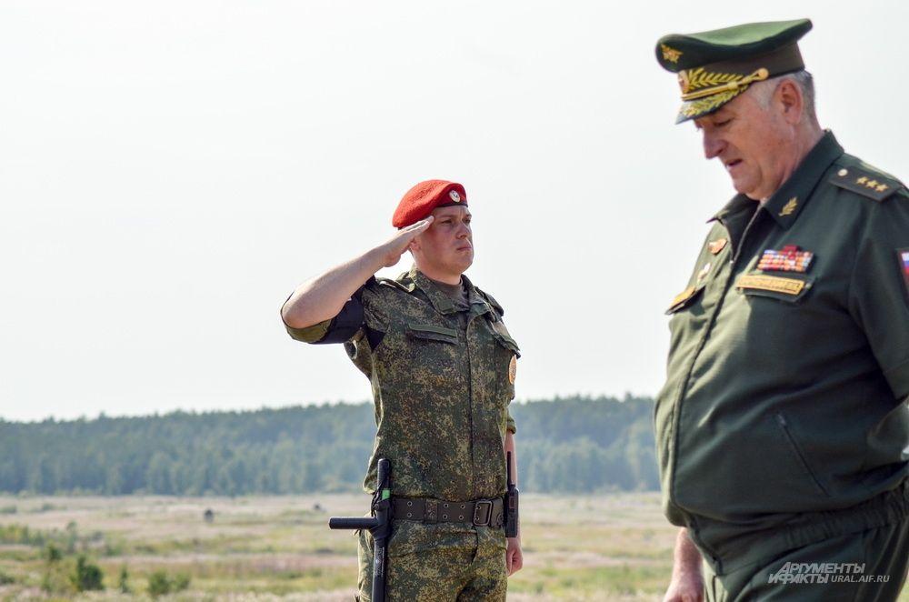 Во время прохода главнокомандующего войсками ЦВО Владимира Зарудницкого.