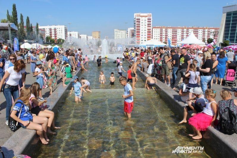 Пожалуй, главным развлечением для детей на празднике стало купание в городском фонтане.