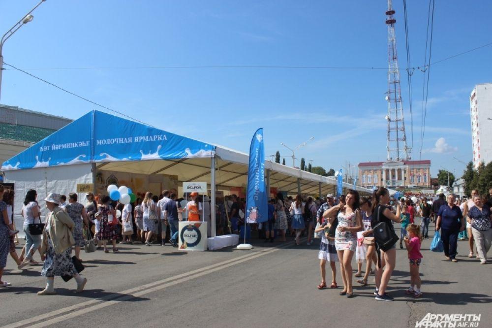 Традиционно самая популярная площадка фестиваля - молочная ярмарка, где можно закупиться свежей и дешёвой продукцией.