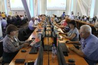 Пожилые люди Тюменского района учатся пользоваться компьютерами