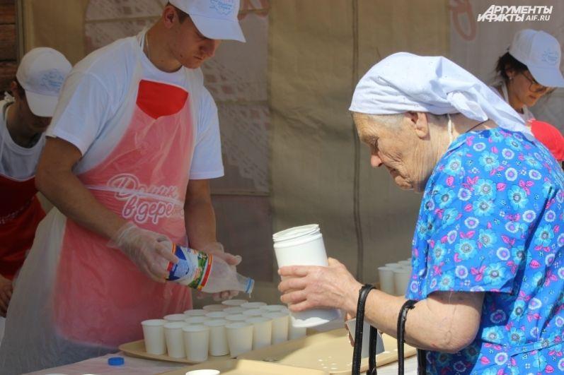 Многие запасливые бабушки вновь пришли на праздник с бидонами.