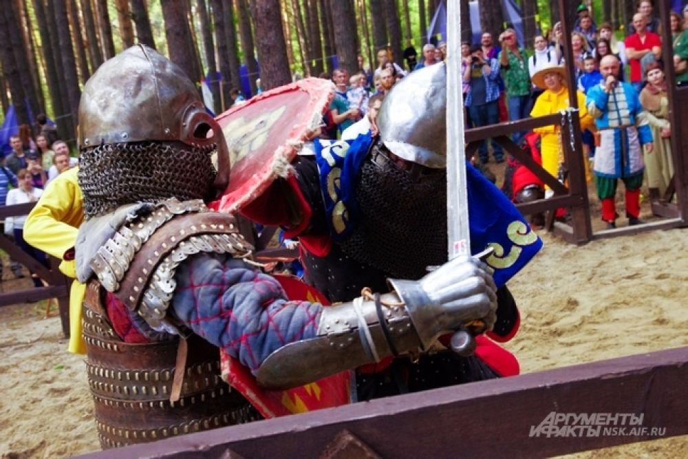 Оставаться в рамках игры, облачившись в доспехи и вступив в бой, очень сложно. Не зря у современных рыцарей помяты шлемы и латы. Иногда, видимо, неплохо прилетает по ходу схватки.