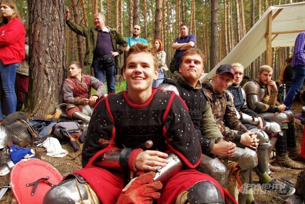Фестиваль проходил в лесу, в Заельцовском бору. И это естественно. Средневековый человек не ведал, что такое асфальт, и далеко не многие тогда видели высотные  здания. Может быть, только  храмы и крепостные стены?!