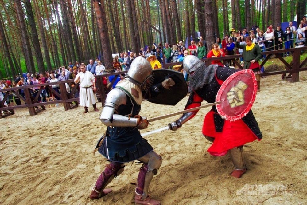 Реальная история она не только в реальной исторической одежде. Важно и воспроизводство тогдашних актуальных вопросов. Один из них, собственно, актуален и до сих пор. Кто сильнее: западный рыцарь или русский воин?