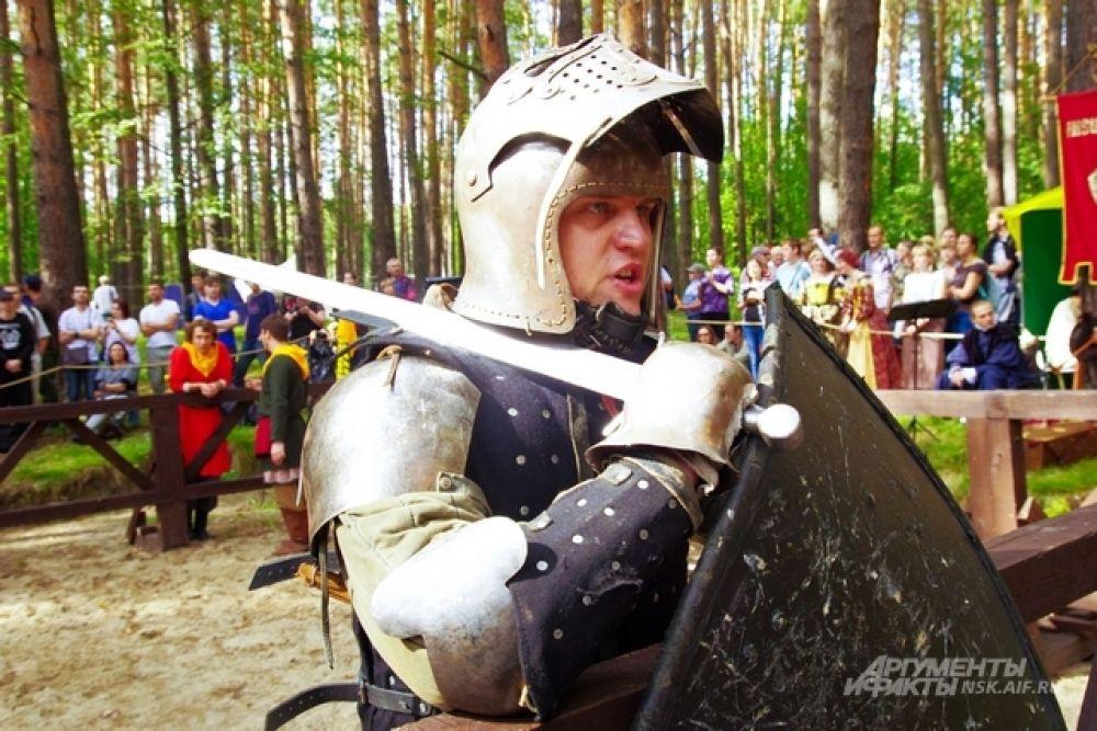 Кстати, западной военной истории в этот раз было больше, чем обычно. В таких доспеха сражались рыцари Западной Европы в 14-15 веках. Чуть ранее обличие военного сословия было проще. Кстати, и тут поднимаются актуальные вопросы средневековья. Чей воин был лучше, а главное, функциональней снаряжен: западный рыцарь или русский богатырь?