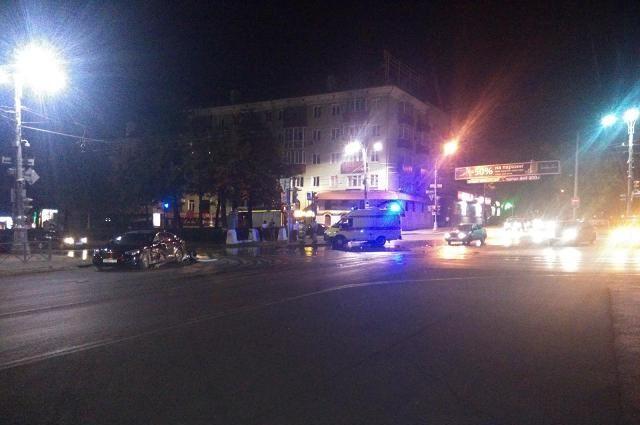 По предварительной информации водитель иномарки пытался проскочить перекрёсток на красный свет.
