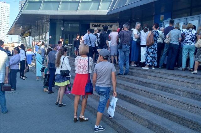 Очередь из пенсионеров и сопровождающих выстраивается за несколько часов до открытия МФЦ.