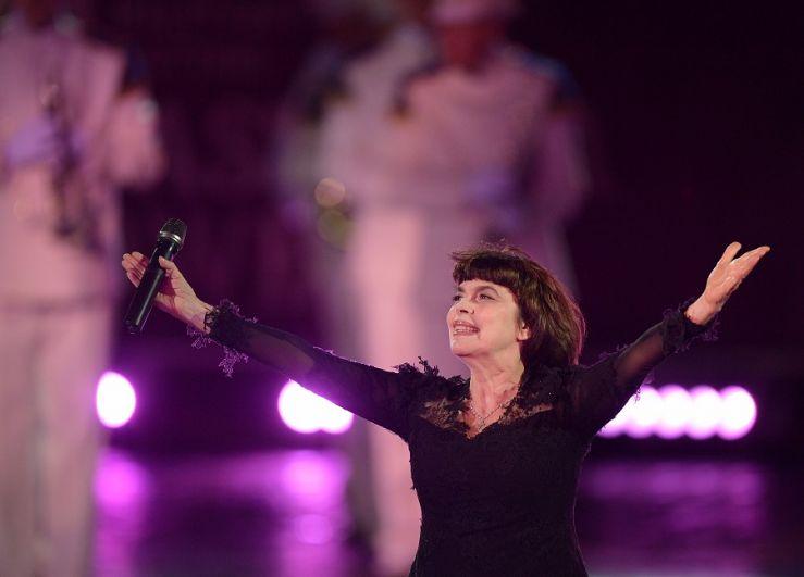 Мирей Матьё выступает на торжественной церемонии открытия.
