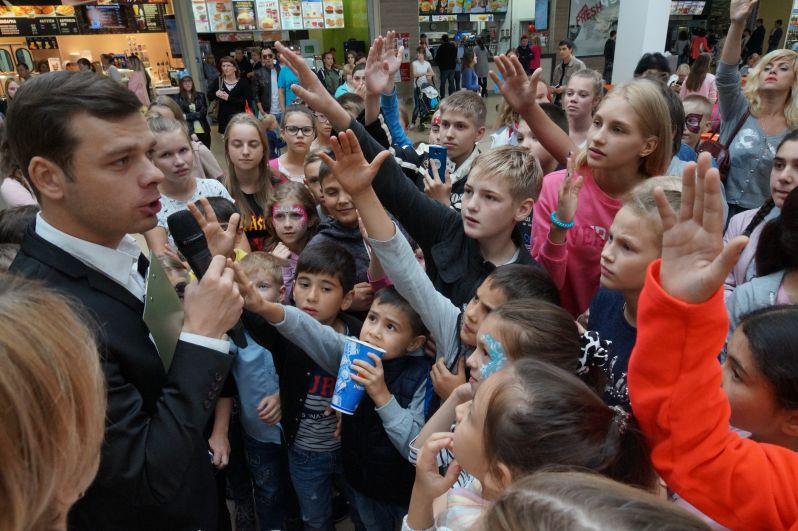 Популярный актер телесериала «Молодежка» Влад Канопка с тверскими детками