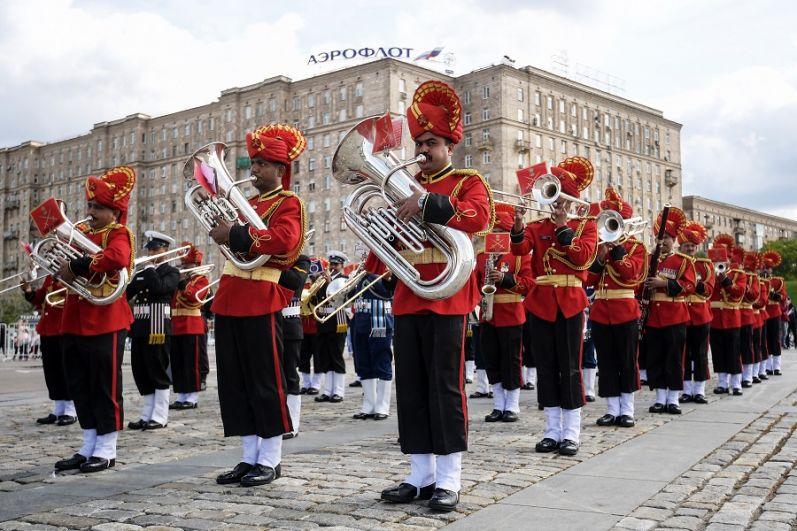 Музыканты Сводного военного оркестра трех видов Вооруженных сил Индии.