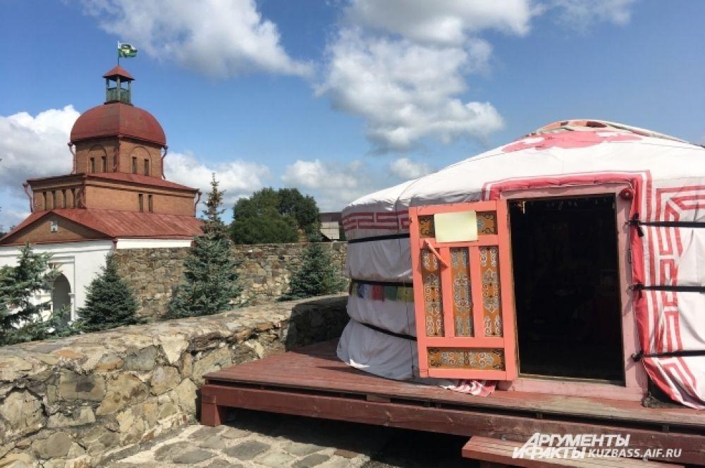 На память об интересном месте и о будущем юбилее Новокузнецка можно также купить сувениры в подобии юрты.