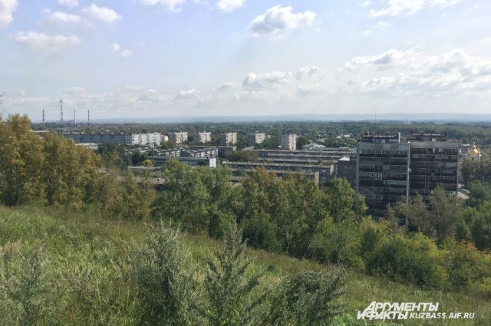 Отсюда видно и сам район. Не очень приглядный, больше напоминающий общежития.