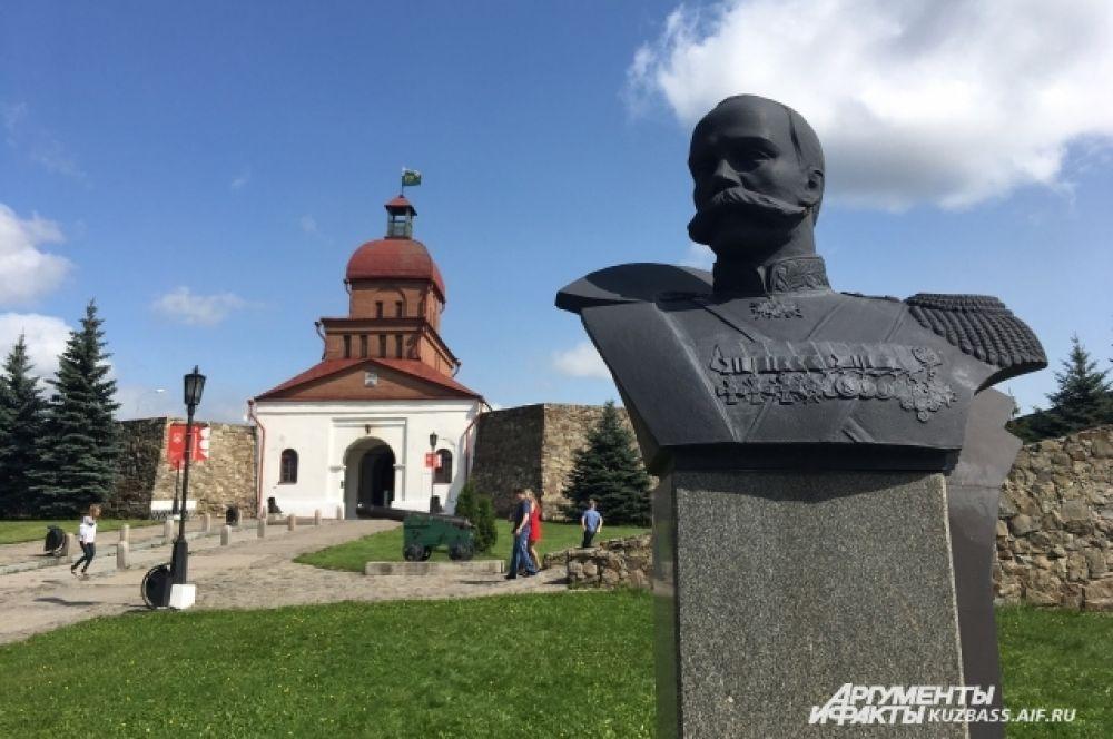 Отдельное место занимает памятник генерал-лейтенанту, герою русско-турецких войн Павлу Николаевичу Путилову, который погиб на территории крепости в 1919 году.
