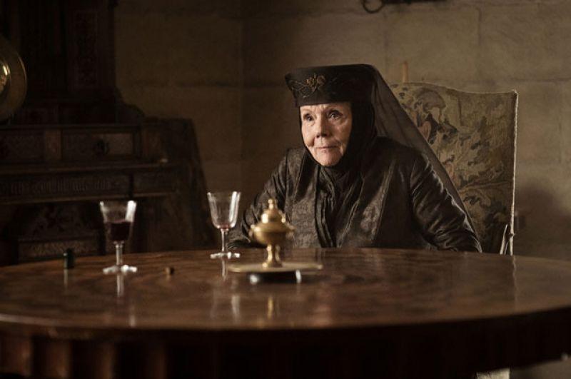 Оленна Тирелл. Одна из самых ярких сцен седьмого сезона – убийство последней выжившей из Дома Тиреллов. Перед тем, как выпить яд, приготовленный для неё Джейме Ланнистером, Королева Шипов призналась, что отравила Джоффри Ланнистера.