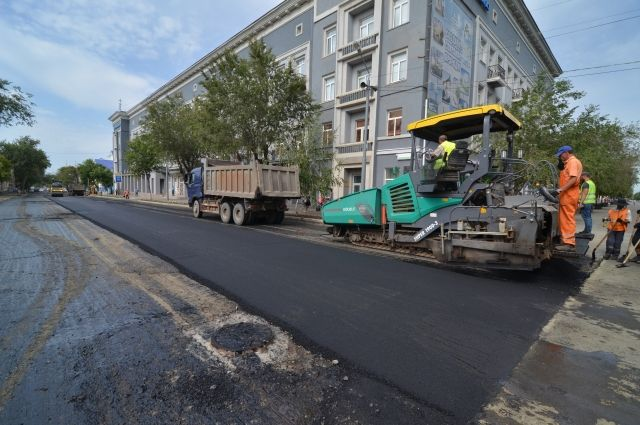 Работы по укладке асфальта на улице Пушкинской.