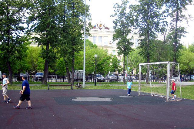 В Комсомольском сквере Тюмени обновили  спортивную площадку