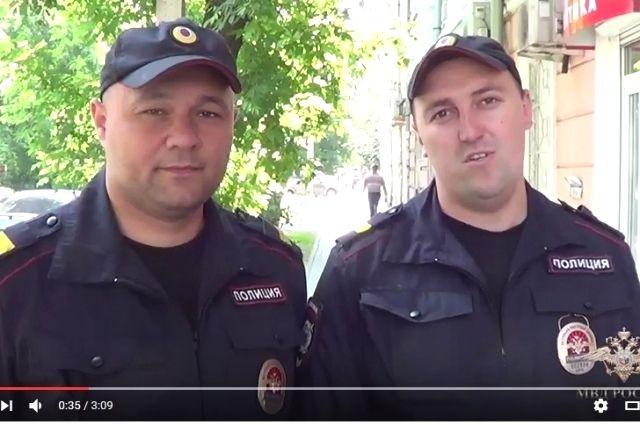 Полицейские, спасшие мужчину из горящего автомобиля.