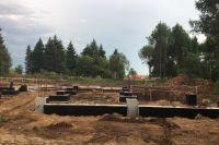 Строительство объекта отстаёт от графика на несколько месяцев.