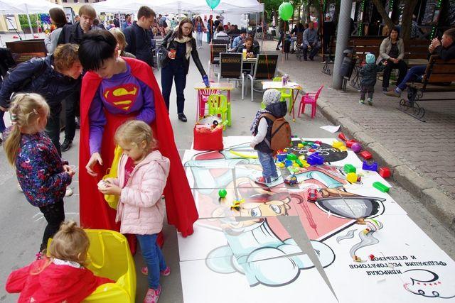 Аниматоры развлекают детвору на детской площадке.