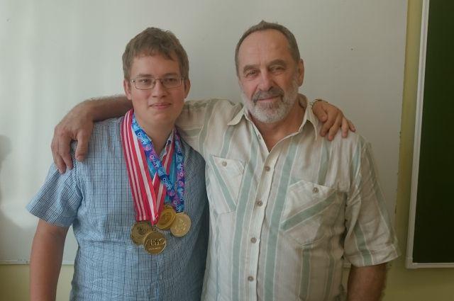 Сергей Полянский и один из его учеников - золотой медалист Международной Олимпиады по физике 2017 г. Василий Югов.