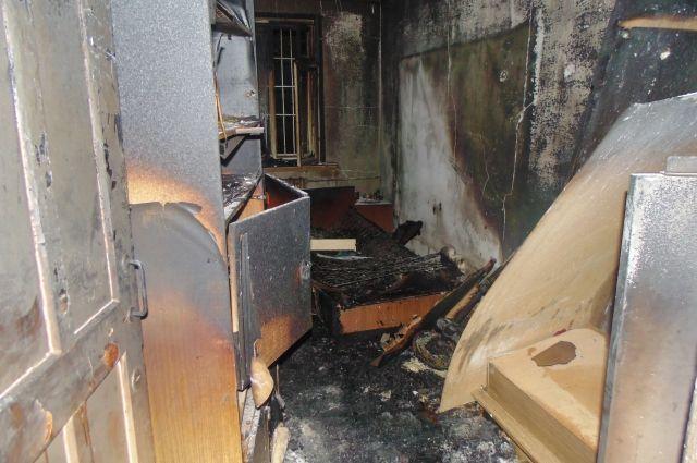 В однокомнатной квартире обгорела мебель и стены.