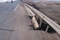Весенний паводок разрушил новый участок дороги.