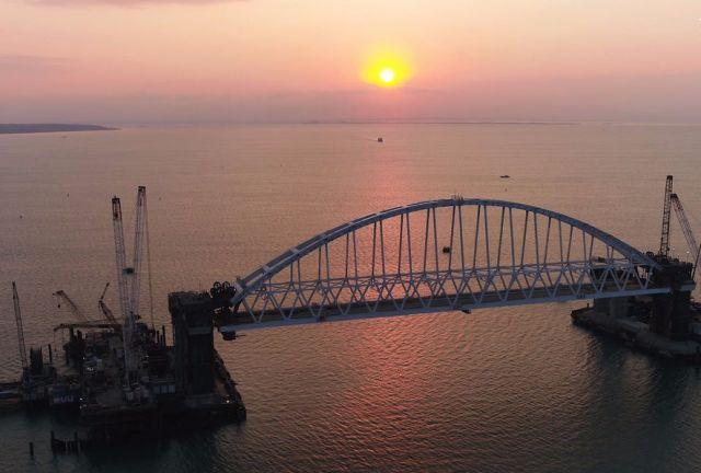 Железнодорожная арка строящегося моста через Керченский пролив, поднятая до проектной высоты.