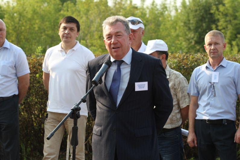 Главный инженер Андрей Борисов поздравляет участников соревнований.