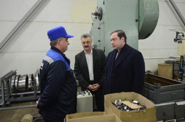 Алексей Островский во время посещения предприятия предприятие «Юнипроф».