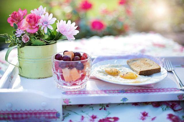 Завтракать нужно сытными и полезными блюдами.