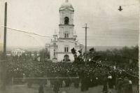 Время от февраля до Великого Октября это период сплошных съездов, митингов, сходов, резолюций.