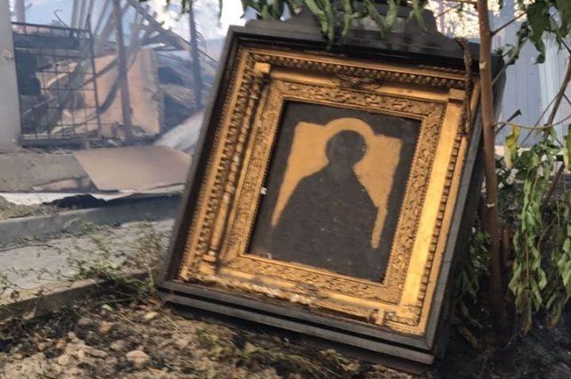 Отец Рустик: Один из парней вынырнул из облака дыма, а в руках у него – икона, уцелевшая чудом в этом аду.