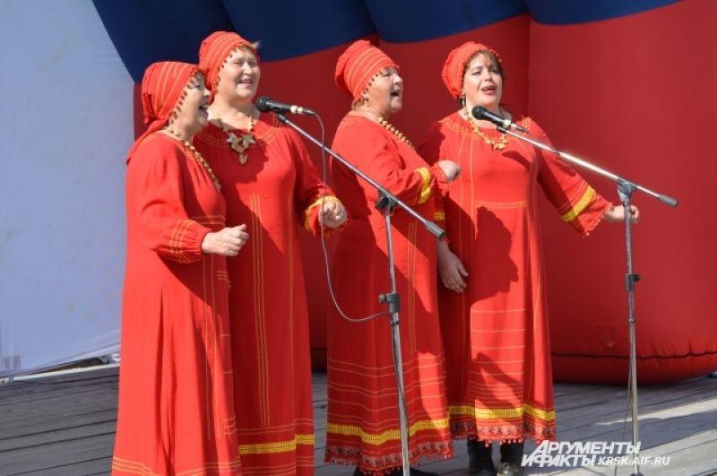 На празднике выступили коллективы народного танца.
