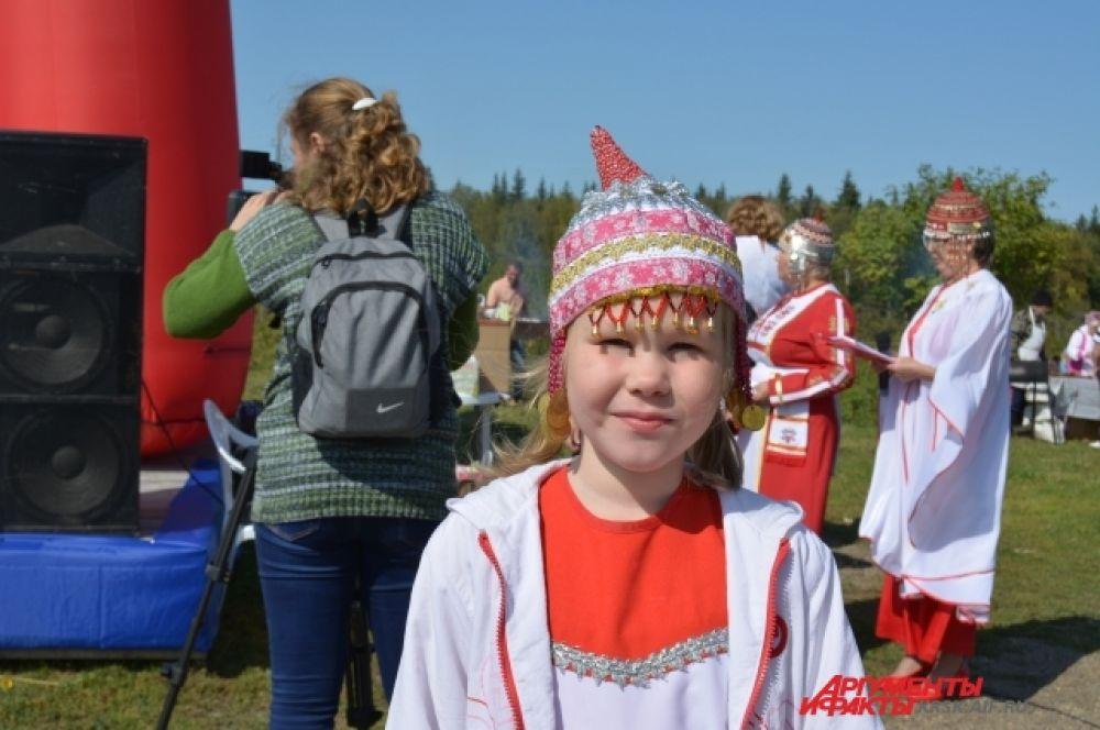 Девочка в национальном чувашском костюме.