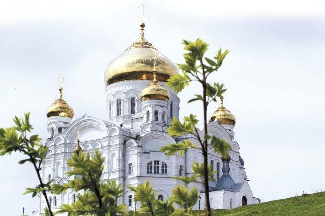 Сегодня собор сияет всеми своими куполами и золочёными крестами, которые в хорошую погоду видно за десятки вёрст.