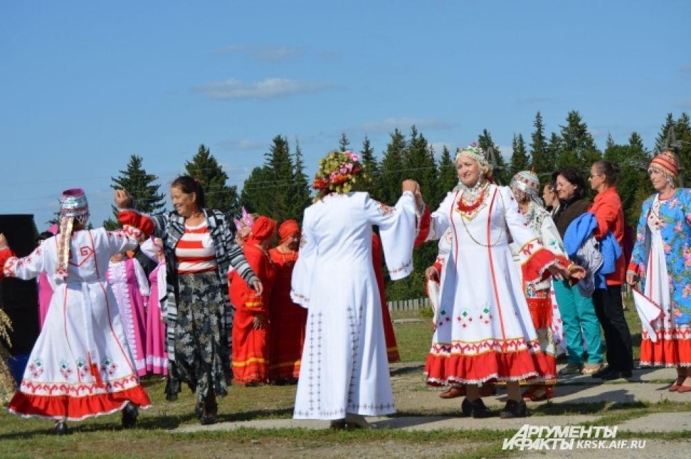 Танцевали все гости праздника.