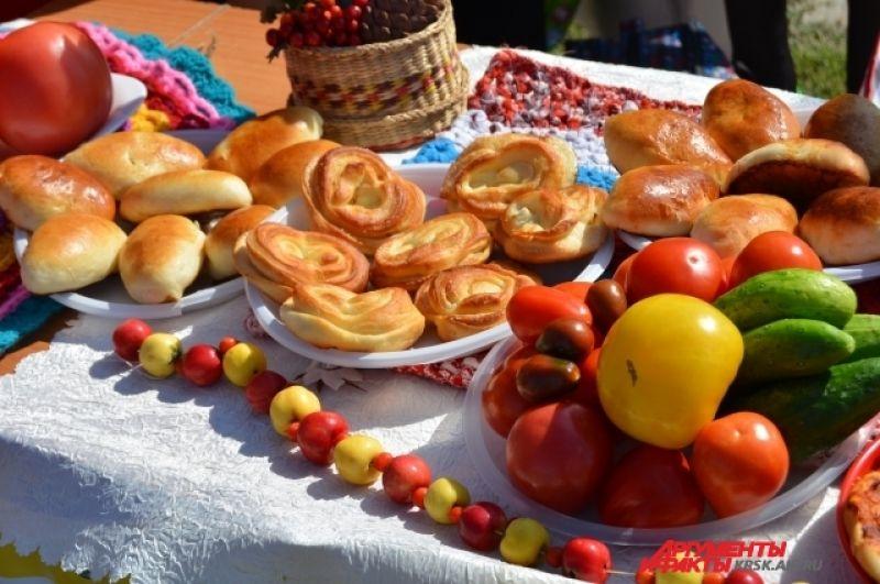 Выпечка, овощи и национальные блюда предлагали всем желающим.