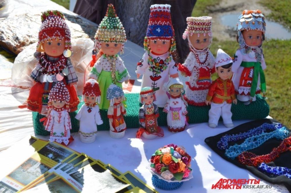 Куклы в национальных чувашских костюмах.