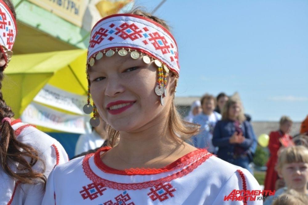 Девушка-чувашка в национальном наряде.