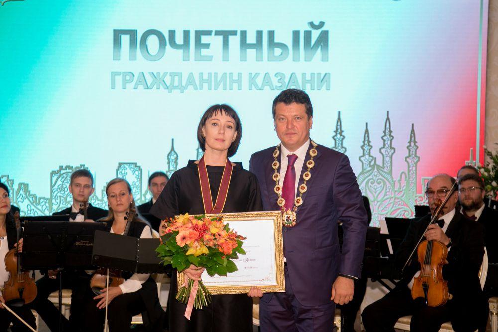 Утром 30 августа мэр Казани торжествено вручил награды почетным гражданам Казани. В этом году это звание получила актриса и уроженка Казани Чулпан Хаматова.