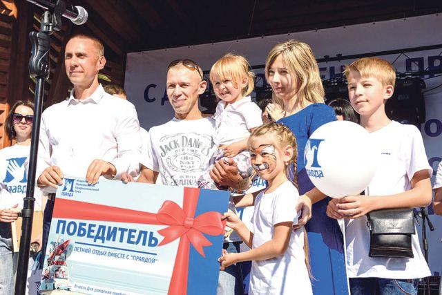 Сергей Фуглаев наградил сертификатами победителей фотоконкурса.