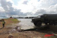 Понтонная переправа перебросила через Волгу военную технику.