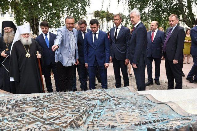 Скульптор Николай Мухин представил бронзовое скульптурное панно «Карта города Ярославля».