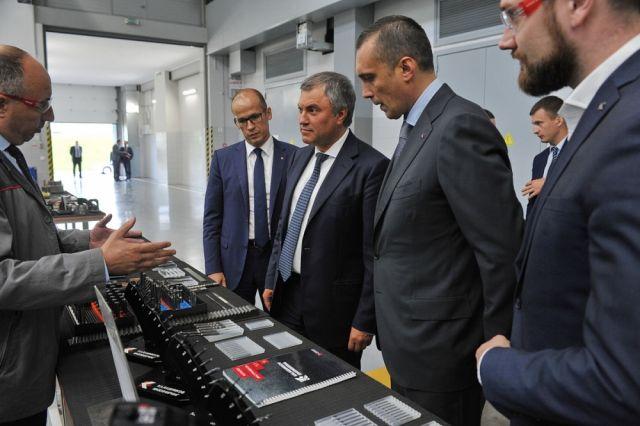 Врио главы УР демонстрирует председателю ГД ФС РФ продукицю предприятия.