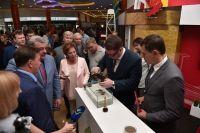 На выставке представители нефтяной компании наглядно продемонстрировали, как можно очистить воду от нефти.