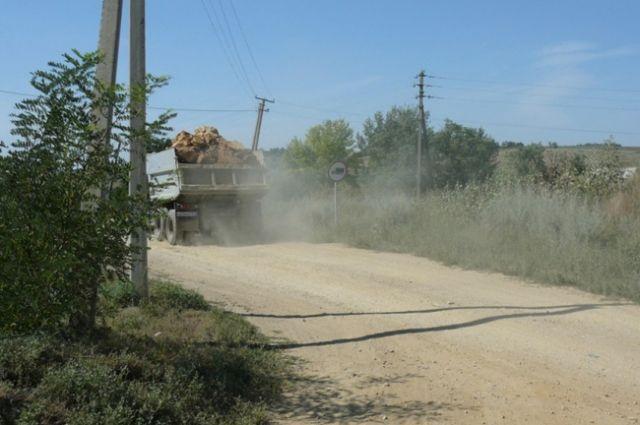 Правда, когда приступят к работам на сельских дорогах, не сообщается.