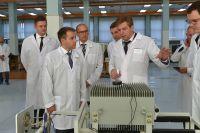 Директор Ижевского радиозавода показывает продукцию предприятия.